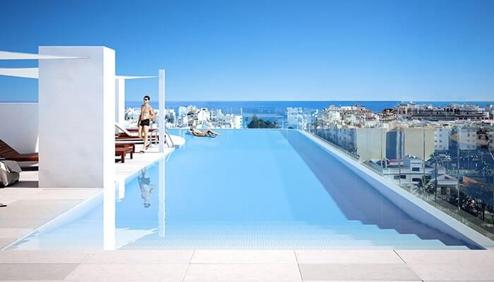 Residecial Infinity pool with views on Estepona shore.